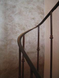 cage d'escalier mur en chaux ferré et rampe en fausse rouille