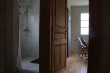 douche en ciment teinté et porte de chambre chinée.