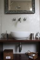 mur en ciment teinté et plan de vasque peint