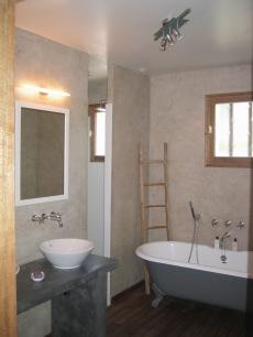 mur de salle de bain réalisés en marmorino et plan de vasque en ciment teinté