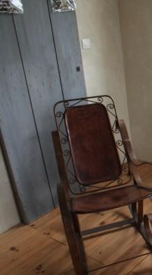 vieille porte en bois patiné et rocking chair chiné