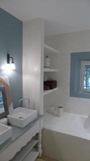 réalisation d'une salle de bain en ciment teinté blanc et peinture bleue